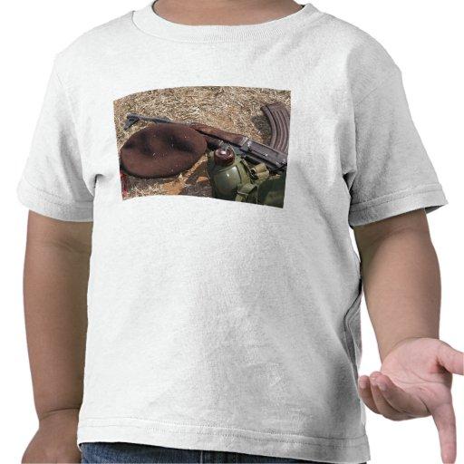 Un rifle, militar cubre y cantina camiseta