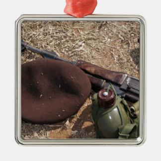 Un rifle, militar cubre y cantina ornamento de reyes magos
