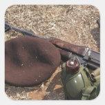 Un rifle, militar cubre y cantina calcomania cuadradas personalizadas