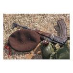 Un rifle, militar cubre y cantina impresiones fotográficas
