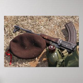 Un rifle, militar cubre y cantina póster