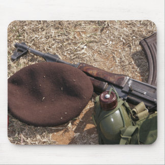 Un rifle militar cubre y cantina alfombrilla de raton