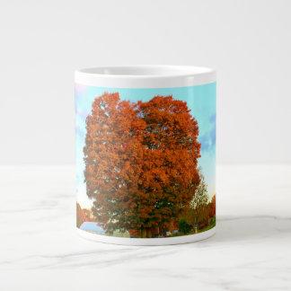 Un roble en el otoño taza grande