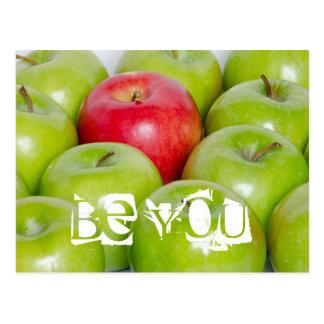 Un rojo Apple en uno mismo verde de las manzanas Tarjeta Postal