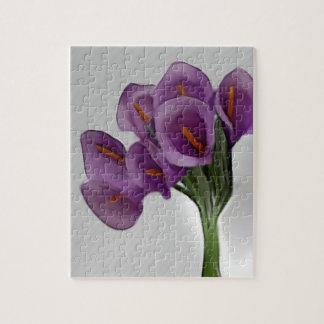 Un rompecabezas violeta de la cala