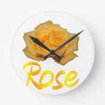 Un rosa amarillo con la palabra subió debajo reloj