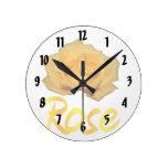 Un rosa amarillo con la palabra subió debajo relojes