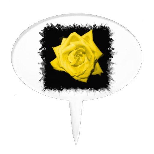 Un rosa amarillo con negro detrás hizo punta el decoraciones de tartas
