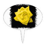 Un rosa amarillo con negro detrás hizo punta el ma decoraciones para tartas