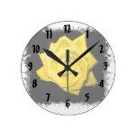 Un rosa amarillo con negro detrás hizo punta el ma reloj