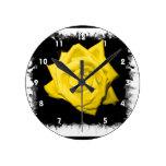 Un rosa amarillo con negro detrás hizo punta el ma relojes de pared