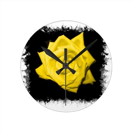 Un rosa amarillo con negro detrás hizo punta el reloj redondo mediano
