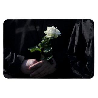 Un rosa blanco pasado imán flexible