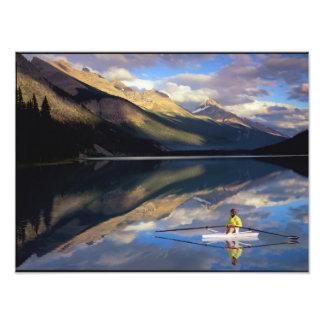 Un rower en el lago Banff en SR. de Canadá) Fotografía