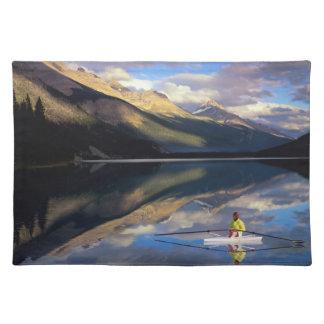 Un rower en el lago Banff en SR. de Canadá) Manteles Individuales