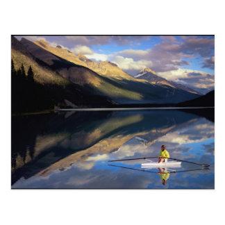 Un rower en el lago Banff en SR. de Canadá) Postales