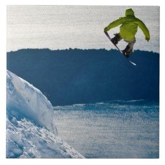 Un salto del snowboarder azulejo cuadrado grande