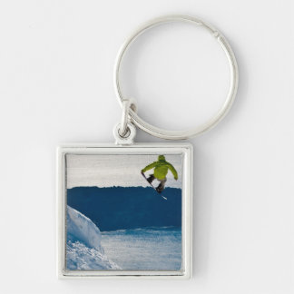 Un salto del snowboarder llavero cuadrado plateado