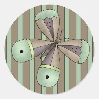 Un sello de la letra de la mariposa del jardín del pegatina redonda