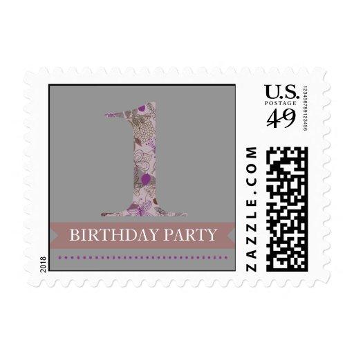 Un sello floral gris y púrpura del cumpleaños