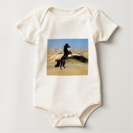 Un semental negro que se alza salvaje body para bebé