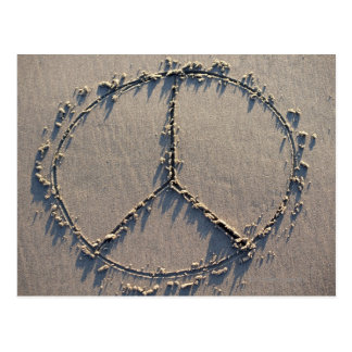 Un signo de la paz dibujado en la arena tarjeta postal