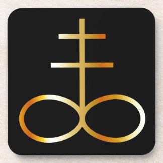 Un símbolo de oro de la cruz o del azufre del posavasos de bebida