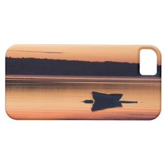 Un skiff en la salida del sol en el alcance de funda para iPhone 5 barely there