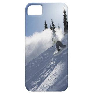 Un snowboarder de sexo masculino que rasga el polv iPhone 5 cárcasa