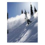 Un snowboarder de sexo masculino que rasga el tarjetas postales