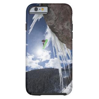 Un snowboarder de sexo masculino salta de una funda de iPhone 6 tough