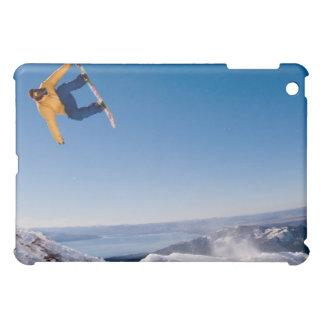 Un snowboarder hace girar apagado un salto en la A