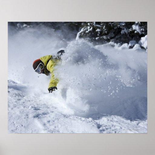 Un snowboarder rasga vueltas untracked del polvo e posters