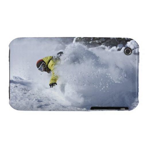 Un snowboarder rasga vueltas untracked del polvo iPhone 3 Case-Mate cárcasas