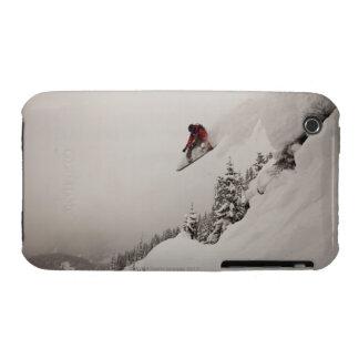 Un snowboarder salta de un acantilado en polvo funda para iPhone 3