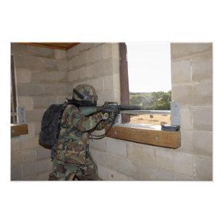 Un soldado actúa como fuerza de la oposición fotografía