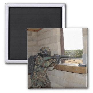 Un soldado actúa como fuerza de la oposición imán para frigorífico