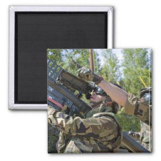 Un soldado actúa un lanzador de misil imanes para frigoríficos
