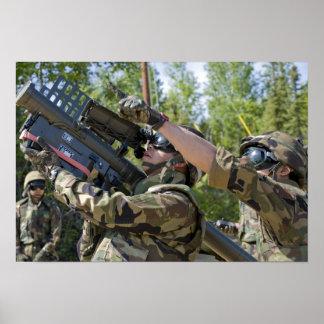 Un soldado actúa un lanzador de misil póster