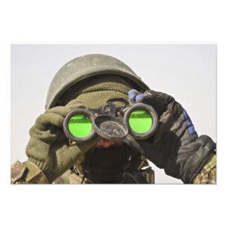 Un soldado afgano explora el horizonte cojinete