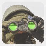 Un soldado afgano explora el horizonte pegatina cuadrada