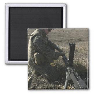 Un soldado cambia el barril de un M2 50 Imán Cuadrado