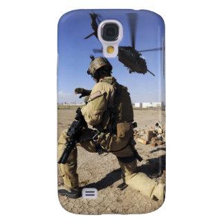 Un soldado conduce la seguridad para un HH-60