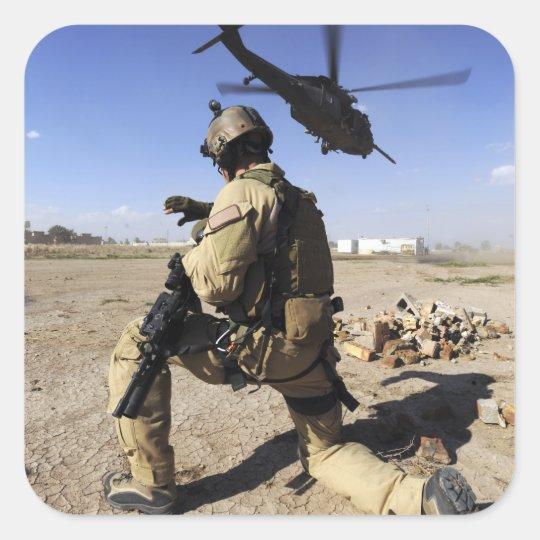 Un soldado conduce la seguridad para un HH-60 Pegatina Cuadrada