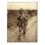 Un soldado de Tommy del canadiense cubierto en la  Postal