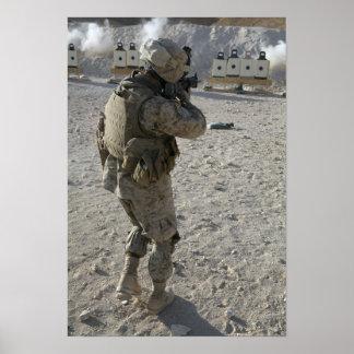 Un soldado dedica su blanco en un tiroteo sonó póster
