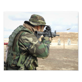 Un soldado enciende redondea la gama fotografía