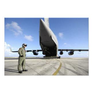 Un soldado espera su C-17 Globemaster III Cojinete