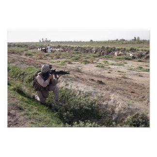 Un soldado explora la distancia fotografía