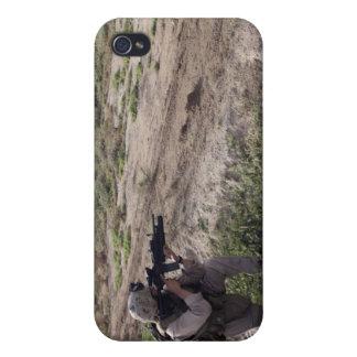 Un soldado explora la distancia iPhone 4 fundas